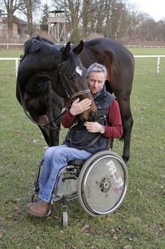 Rollstuhlfahrer mit Renn-Pferd