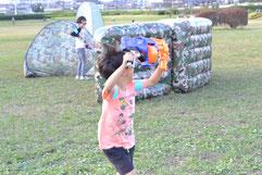ナーフサバゲーをプレイ中の子供
