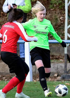Volle Kraft voraus: Leticia Pfaff läßt hier Lena Stockfisch vom KSV Hessen Kassel aussteigen und wechselt von Großenenglis nach Gütersloh in die Bundesliga.
