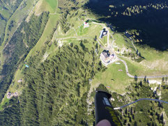 Blick von oben auf den Startplatz Werfenweng gemacht von der Tandemlugschule Austriafly Salzbur