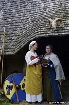 Zwei Frauen in Archäologisches Freilichtmuseum Oerlinghausen