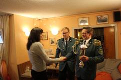 Susanne Siemke nimmt den Biogas-Breese-Pokal entgegen
