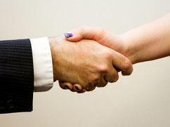 Bild zum Baustein Kommunikation 2 im Fachkräftetraining Fit for Specialist, 2 sich schüttelnde Hände