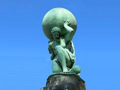 Bild zu Belastbarkeit/Resilienz im Führungskräftetraining Fit for Leadership, Skulptur stemmt Kugel