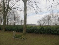 In einem Einzelgrab am Rand des Friedhofes liegt der sowjetische Kriegsgefangene Jewgenij Tschelpanow (131524 XB) begraben. Er starb am 10. Juli 1944 im Arbeitskommando 704 Ottersberg. Foto: T. Grunenberg, 2018