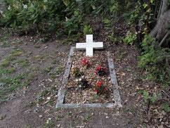 In dem Grab mit der Inschrift unbekannter russischer Soldat ruht der sowjetische Kriegsgefangene Iwan Steblizow (136218 XB), der am 12. Oktober 1943 auf dem Arbeitskommando 343 Vahlde verstarb. Foto: H. Promann, 2019