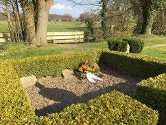 Gräber von zwei KZ-Häftlingen, angeblich Belgier, die im April 1945 auf dem Todesmarsch von Bremen-Farge nach Bremervörde gestorben sind sowie eines polnischen Zwangsarbeiters. Foto: J. Dohrmann, 2020
