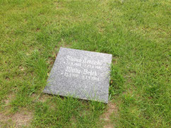 Grabplatte für den serbischen Kriegsgefangenen Slovica Tekijaski, verstorben am 23. Juni 1942 in Twielenfleth, und das ukrainische Zwangsarbeiterkind Walka Bedek (1941-1944). Foto: M. Quelle