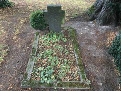 Grabstelle für einen unbekannten sowjetischen Kriegsgefangenen aus Holzen am Rand des Friedhofes. Laut Gräberplan aus den Arolsen Archives verstarb er im Oktober 1941. Foto: J. Meyer, 2019