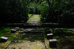 Auf dem Friedhof des ehemaligen Marinehospitals ruhen 119 Tote, darunter auch Kriegsgefangene und KZ-Häftlinge aus dem Stalag X B, die nach ihrer Befreiung nach Neuenkirchen verlegt wurden und dort an den Folgen ihrer Gefangenschaft starben. Foto: H. Grot