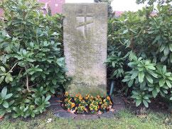 Sammelgrab für 14 unbekannte sowjetische Kriegsgefangene an der äußeren Friedhofsmauer. Acht von ihnen starben im Januar 1942 in Arbeitskommandos des Stalag X B in Hoopte und Laßrönne. Foto: C. Both, 2020
