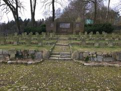 Auf der Kriegsgräberstätte liegt neben 46 deutschen Soldaten der serbische Kriegsgefangene Stefan Silvestrov (93445 XB) begraben. Er starb am 20. April 1945 bei den Kämpfen um Vahrendorf. Foto: C. Both, 2020