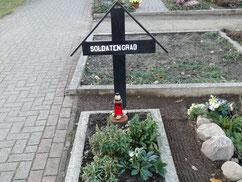 Auf diesem Friedhof befindet sich die Grabstelle eines unbekannten sowjetischen Kriegsgefangenen. Er wurde laut Bericht des Dorfgendarmen im April 1945 bei einem Fluchtversuch erschossen. Foto: N. Eilers, 2019