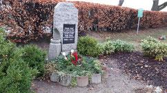 Grab für die sowjetischen Kriegsgefangenen Alexej Sjasin (44479 XD), am 16 Februar 1942 in Lamstedt erschossen, und Sergej Lewanidow (42491 XD), am 4. März 1942 in Lamstedt verstorben, sowie einen polnischen Zwangsarbeiter und einen Unbekannten. Foto: B.