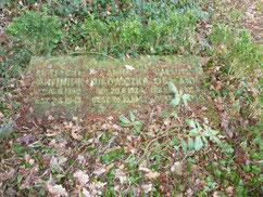 Der serbische Kriegsgefangene Mesuel Osmann wird  auf dem dreigeteilten Grabstein rechts mit seiner Kriegsgefanenennummer XB 100921 benannt. Foto: Michael Quelle