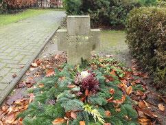 Am Ende des Friedhofes liegt das Grab des sowjetischen Kriegsgefangenen Filipp Krugowoj (126637 XB). Er starb am 23. Juni 1942 im Arbeitskommando 7146 Stemmermühlen. Foto: N. Eilers, 2019