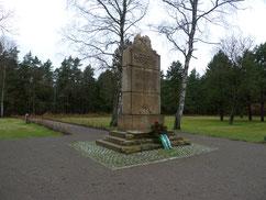 Auf dem ehemaligen Lagerfriedhof des Stalag X D befinden sich Massengräber von ca. 16.000 sowjetischen Kriegsgefangenen, die zwischen 1941 und 1943 im Stalag X D Wietzendorf verstorben sind. Das sowjetische Denkmal wurde Ende 1945 eingeweiht. Foto: A. Ehr