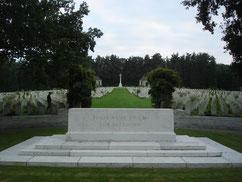 Auf der Kriegsgräberstätte des Commonwealth in der Lüneburger Heide ruhen 2297 Tote, darunter Angehörige der britischen Streitkräfte und der Handelsmarine, die zwischen 1940 und 1945 im Stalag X B sowie im Marlag/Milag Nord in Westertimke gestorben sind.