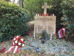 Grabanlage für 17 Kriegsgefangene der Polnischen Heimatarmee (AK) aus dem Stalag X B, die am 22. März 1945 in Wilhelmsburg bei einem Bombenangriff starben. Foto: L. Hellwinkel, 2019