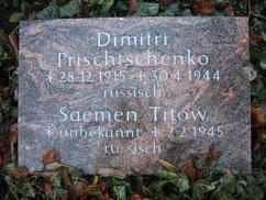 Grabplatte für den sowjetischen Kriegsgefangenen Dmitrij Prischtschenko (18228 XD) und den sowjetischen Kriegsgefangenen Saemen Titow. Foto: M. Quelle
