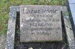 Grabstein des serbischen Kriegsgefangenen Lazar Jevtic, am 12. Dezember 1941 in Bülkau verstorben. Foto: K. Volkhardt, 2019