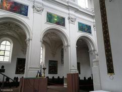 Hauptschiff mit modernen Gemälden von Thomas Lange, Neumünster, Würzburg