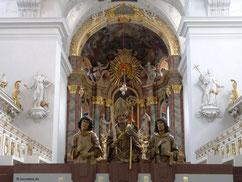 Hochaltar mit Büsten der drei Frankenapostel und den klassizistischen Chorgestühlen links und rechts, Neumünster, Würzburg