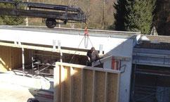 Holzrahmenwände mit dem Kran stellen - ein leichtes - Bushaltestelle am Haken unseres Palfinger Ladekrans - Zimmerei Tobias Lutz, Ihr Spezialist für Kranarbeiten aller Art