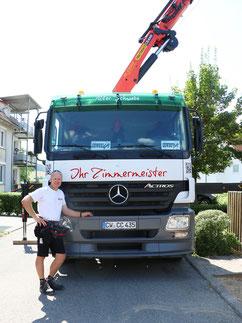 Tobias Lutz vor seinem LKW mit Palfinger-Ladekran