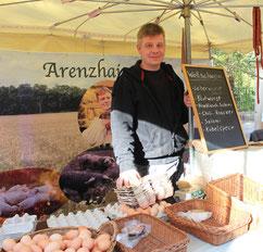 Dirk Kupke am seinem Stand Arenzhain-Hof, Kollwitzmarkt. Foto: Helga Karl