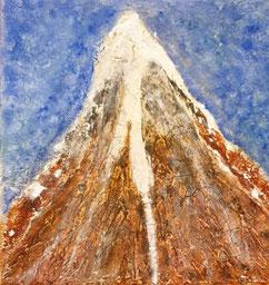 Een berg met een bruine craquelé voor de bergwand, met vanaf de top sneeuw, die als gletscher naar beneden stroomt, helderblauwe lucht op de achtergrond.