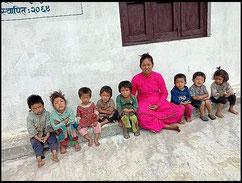 Gruppenbild vor dem Kindergarten