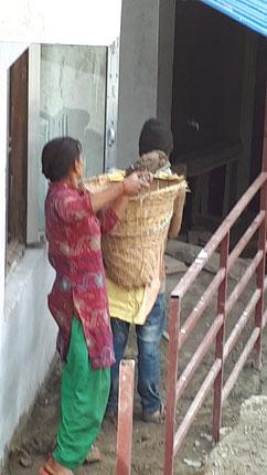 Die Einheimischen helfen fleißig