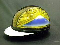 カスタムペイント ヘルメット、ゴールドベースのキャンディーフレーク塗装で両サイドに富士日章をいれセンターをラップ塗装できめた半帽、コルクキャップの画像
