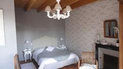 La chambre Claudine est spacieuse, confortable. Ideale pour une etape apres le travail  ou en famille (lit de 160 et 120)