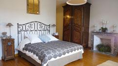 Chambre située au rez de chaussée avec  vue sur le jardin. vaste chambre de 32m2, douche à l'italienne et toilettes séparées, 1lit de 160 et 90, télévision, wifi, entreé indépendante