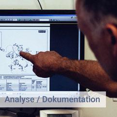 mitarbeiter-zeigt-auf-computerbildschirm