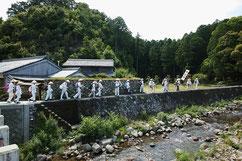 昔の水垢離場から青岸渡寺を 目指して進む