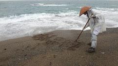 奥様の戒名を砂浜に・・・