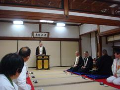 大講堂で川俣寺務長からお話を伺う