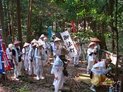 「臨・兵・闘・・」尾切地蔵尊で九字を切る亮英先生