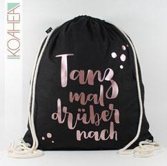 schwarzer Turnbeutel mit Spruch TANZ MAL DRÜBER NACH Farbe roségold Handlettering Design metallisch