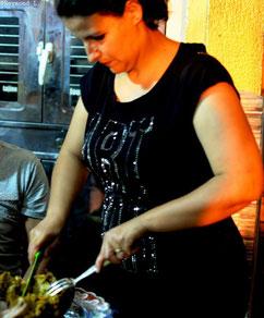 Une femme Marocaine qui découpe de la viande
