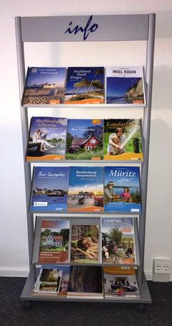 Kataloge aus Mecklenburg-Vorpommern in einem Regal im ERV-Büro von Ina Bärschneider