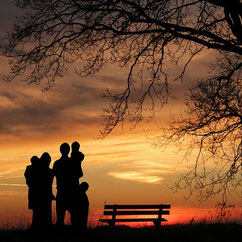 Famille et coucher de soleil par laurence ricou avocate à Saintes
