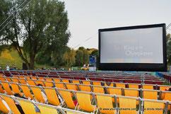 Regarder un film en plein air dans le stade olympique de Munich