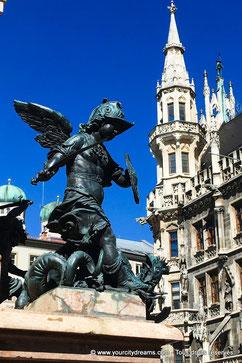 Ange combattant un serpent dans la place Sainte Marie