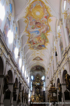 La décoration intérieure rococo de l'église Saint Pierre de Munich