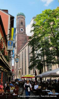 La Frauenkirche, cathédrale de Munich, et sa place avec ses nombreux restaurants