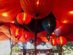 La décoration des bars à Tollwood donne une ambiance romantique et décontractée à ce festival de Munich.